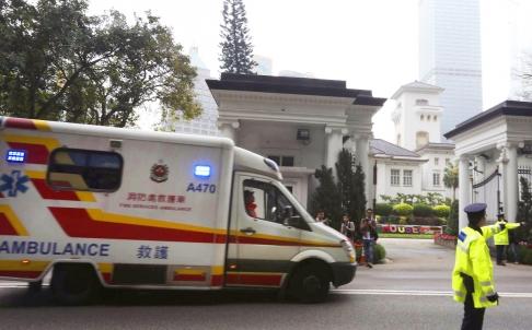 Chiếc xe cứu thương tới tòa nhà chính phủ sáng 17-3. Ảnh: SCMP