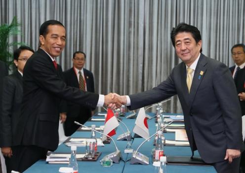 Tổng thống Indonesia Joko Widodo (trái) và Thủ tướng Nhật Bản Shinzo Abe (phải) trong một cuộc gặp ở Bắc Kinh tháng 11-2014. Ảnh: Kantei
