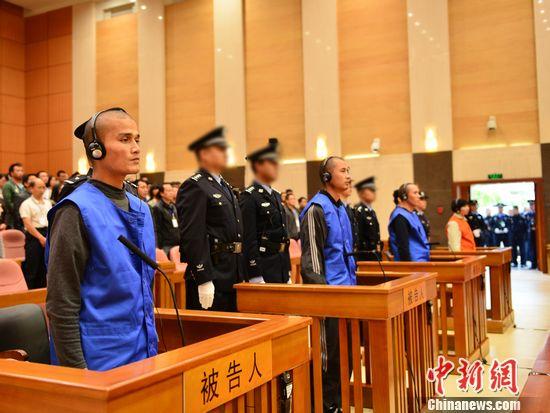 Ba nghi can khủng bố Iskandar Ehet, Turgun Tohtunyaz và Hasayn Muhammad (áo xanh) và nữ nghi can Patigul Tohti trong phiên tòa ngày 31-10-2014. Ảnh: China News