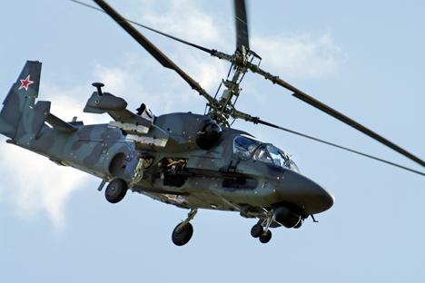 """Trực thăng Ka-52k """"Katran"""" sẽ được trang bị cả vũ khí dẫn đường chính xác và vũ khí không dẫn đường. Trong ảnh là chiếc Ka-52K tối tân nhất của Nga đến thời điểm hiện tại. Ảnh: AP"""