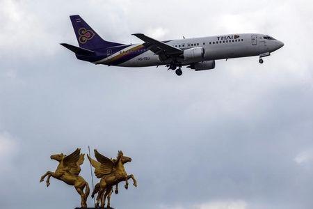 Một máy bay của hãng Thai Airways chuẩn bị hạ cánh ở sân bay Suvarnabhumi, Bangkok. Ảnh: Reuters