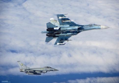 Mỹ tố chiến đấu cơ Su-27 của Nga (phía trên) chặn máy bay do thám RC-135U của nước này trên không phận biển Baltic. Ảnh: Washington Free Beacon