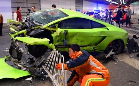Chiếc Lamborghini định vượt lên nhưng mất lái và tông vào tường. Ảnh: SCMP