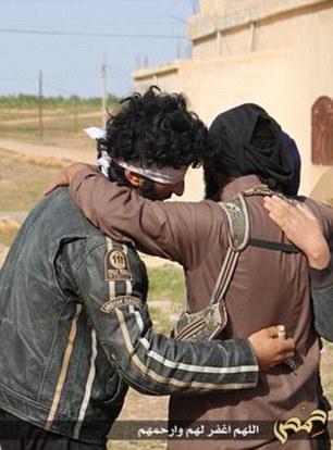 Những tên đao phủ ôm và bá vai hai người đàn ông. Ảnh: Daily Mail