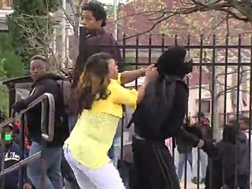 Bà Toya Graham đánh cậu con trai túi bụi. Ảnh: Yahoo