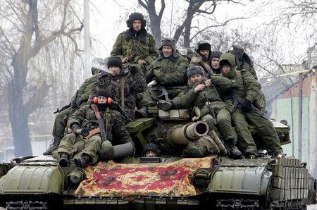 Một số binh sĩ Nga bị ép chiến đấu tại miền Đông Ukraine. Trong ảnh là nhóm chiến binh phe ly khai ở Donetsk. Ảnh: Reuters