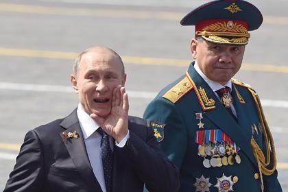 Tổng thống Putin (trái) muốn sản xuất vũ khí tiên tiến hàng loạt. Ảnh: Rushin Crash