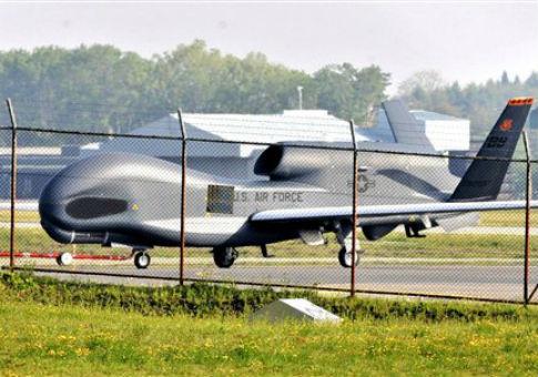 Một chiếc Global Hawk của Mỹ đậu tại căn cứ không quân ở Nhật Bản. Ảnh: AP