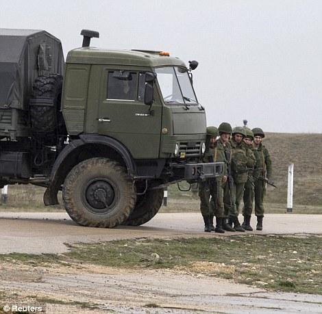 Một nhóm binh sĩ Nga đứng ở sân bay Belbek, Crimea. Ảnh: Reuters