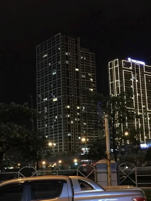 Sau sự cố chập điện gây cháy nổ, biển quảng cáo tòa nhà này đã bị tắt (bên trái)