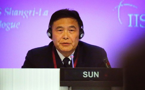 Đô đốc Tôn Kiến Quốc, Phó Tổng Tham mưu trưởng Quân Giải phóng Nhân dân Trung Quốc (PLA) phát biểu tại Đối thoại Shangri-la 2015. Ảnh: AP
