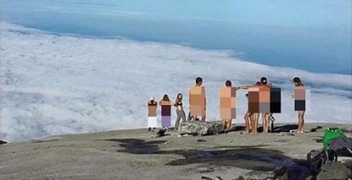 Nhóm du khách khỏa thân trên núi Kinabalu hôm 30-5. Ảnh: The Star