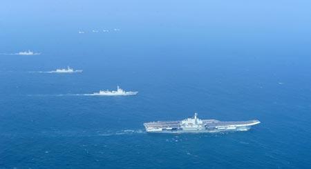 Tàu sân bay Liêu Ninh của Trung Quốc dẫn đầu hạm đội tàu chiến trở về cảng nhà Thanh Đảo sau 1 tháng hoạt động ở biển Đông. Ảnh: CNS