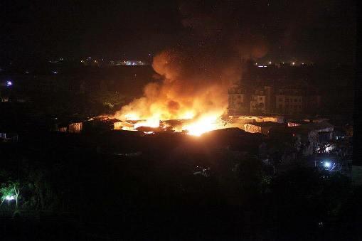 Vụ cháy xảy ra lúc rạng sáng khiến hàng ngàn công nhân nháo nhác ôm đồ chạy thoát thân (ảnh Facebook)