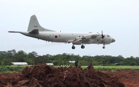 Chiếc máy bay săn ngầm P-3C chở theo 20 nhân viên quân sự Nhật bản hạ cánh tại sân bay Puerto Princesa hôm 21-6. Ảnh: Kyodo