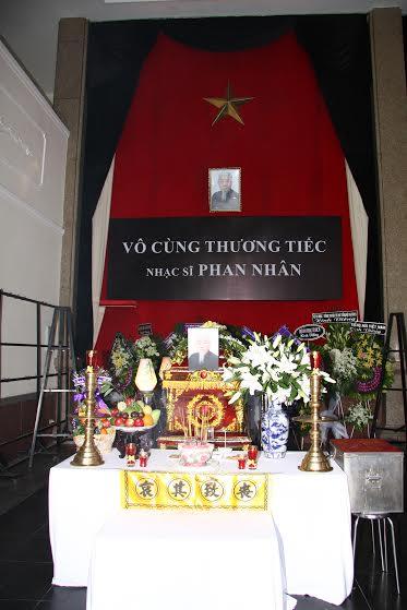 Linh cữu nhạc sĩ Phan Nhân.