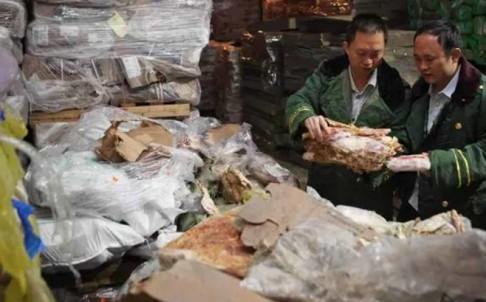 Hải quan Trung Quốc kiểm tra số thịt đông lạnh nhập lậu tịch thu trong tháng này. Ảnh: CCTV