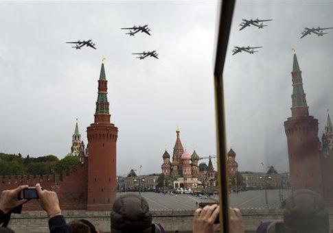 Tu-95 Bear của Nga bay trên Quảng trường Đỏ nhân lễ duyệt binh kỷ niệm Ngày chiến thắng phát xít 9-5. Ảnh: AP