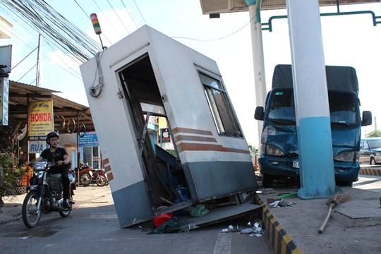 Chiếc xe tải ủi văng 1 phòng bán vé của trạm thu phí