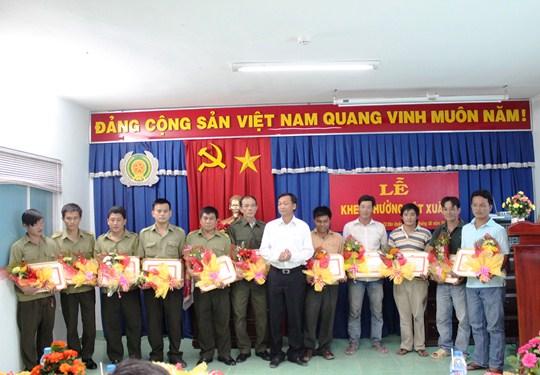 Lãnh đại UBND thị xã Tân Uyên tặng bằng khen và thưởng nóng cho các đơn vị, cá nhân