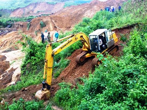 Huy động máy xúc tìm kiếm người gặp nạn dưới hàng ngàn mét khối đất đá