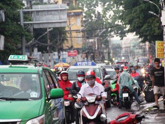 Giao thông hỗn loạn trong cơn mưa, nhiều người mệt mỏi về nhà trong buổi chiều của ngày đầu tuần