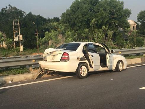 Ô tô 4 chỗ mang BKS 29S - 9809 do người đàn ông tên Tuệ điều khiển bị hư hỏng tại hiện trường sau vụ tai nạn