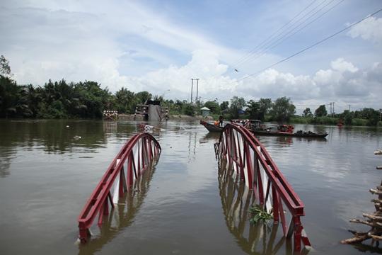 Cầu treo 7 năm tuổi với chiều dài hơn 100 m và rộng khoảng 3 m bị sập hoàn toàn