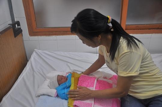 Chị Trần Thị Nguyệt (38 tuổi, ngụ phường Long Trường, quận 9) đã đến bệnh viện quận 9 làm thủ tục để xin nhận nuôi cháu bé