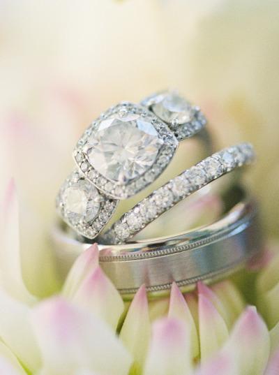 Chiếc nhẫn với bộ ba viên đá đặc biệt này luôn buộc người ta ít nhất phải nhìn lại lần thứ hai