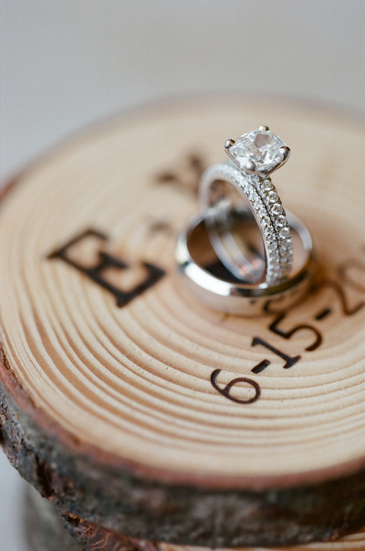Một chiếc nhẫn với viên kim cương nổi bật thể hiện cho tình yêu vĩnh cửu