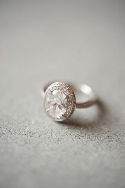 Chiếc nhẫn với điểm nhấn là viên đá hình oval, một viên đá trung tâm được đánh giá là rực rỡ không thể đo lường