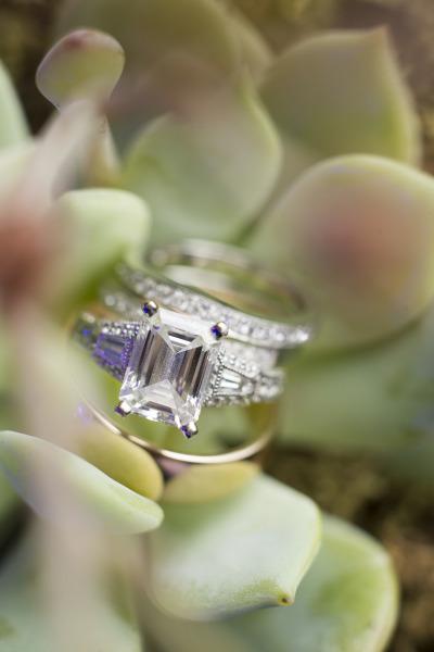 Chiếc nhẫn thanh lịch với điểm nhấn là viên ngọc lục bảo, loại đá tuyệt đẹp này chắc chắn sẽ cuốn hút biết bao đôi mắt