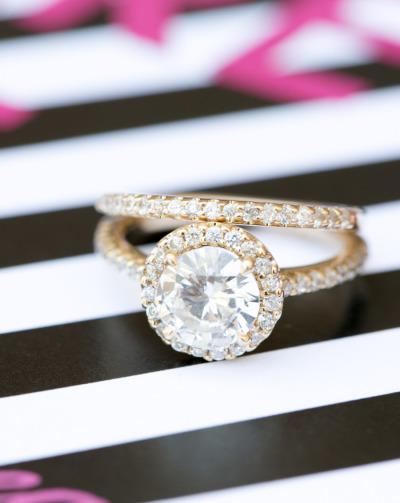 Chiếc nhẫn được thiết kế theo phong cách cổ điển, phù hợp với khung cảnh hoàng gia