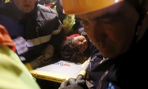 Krishna Devi Khadka được chuyển khỏi hiện trường trên cáng. Ảnh: Reuters