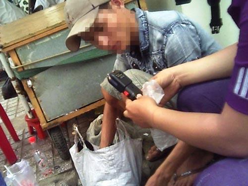"""Cho khách hàng xem hàng """"nóng"""" có khả năng phát ra tia điện. Người bán cũng cho biết rất nhiều  băng nhóm trộm, cướp đang sử dụng loại này"""
