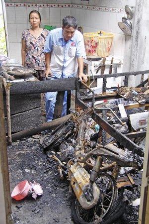 Kỹ thuật viên Công ty Tân Thành kiểm tra nguyên nhân xe cháy.
