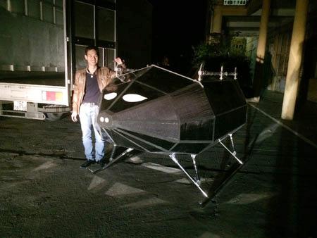 Phạm Gia Vinh bên cạnh sản phẩm có trần bay 23 km do anh nghiên cứu, chế tạo.