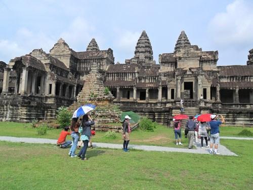 Khách du lịch đến Campuchia tham quan đền Angkor Wat - Ảnh: Đoàn Xuân Hải
