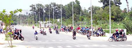 Các nhóm quái xế ngang nhiên tổ chức đua xe vào trưa 31-5 ở khu dân cư phía Nam thuộc khu dân cư đường Võ Thị Sáu nối dài.