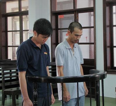 Bị cáo Hồ Hoàng Chinh (trái) và Đinh Ngọc Nguyên Vũ tại phiên tòa ngày 27-4.
