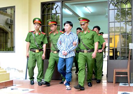 Bị cáo Võ Thanh Huy được công an dẫn giải về trại giam sau khi lãnh án tù chung thân.