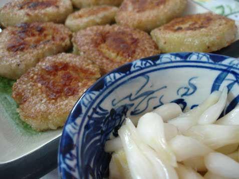 Bánh tét ciên ăn với củ kiệu