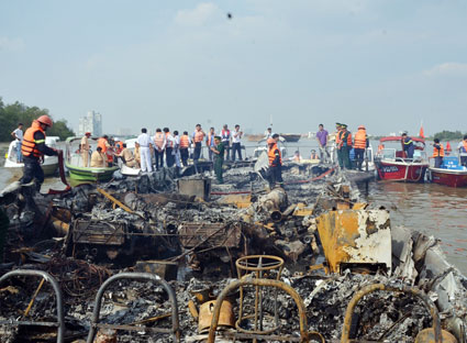 Tàu cánh ngầm Vina Express 01 bị cháy rụi hôm 20-1-2014, khiến hành khách bị thiệt hại tài sản nhưng đến nay vẫn chưa được bồi thường.