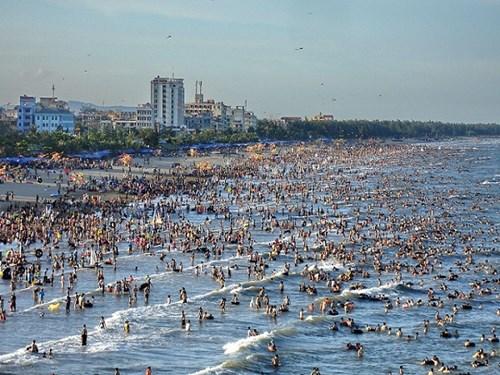 Bãi biển Sầm Sơn đông nghịt người tắm