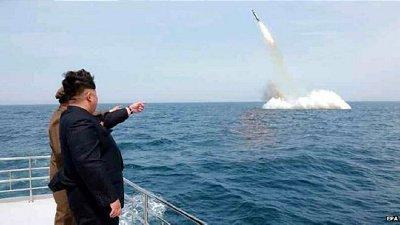 Nhà lãnh đạo Triều Tiên Kim Jong-un thị sát một cuộc phóng tên lửa từ tàu ngầm. Ảnh: EPA