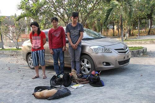 Các đối tượng lái ô tô đi trộm chó bị CA và người dân phường Tân Hiệp phát hiện ngày 21-1 Ảnh: C.KHANH