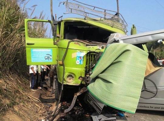 Vụ tai nạn đã khiến 9 người chết, 5 người bị thương và chiếc xe tải được xác định đã hết hạn sử dụng từ ngày 1-1-2015. ảnh Tuấn Minh.