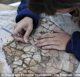 Chuyên gia Irina Arzhantseva của Viện Hàn lâm Khoa học Nga đang nghiên cứu tàn tích trên đảo. Ảnh: The Siberian Times