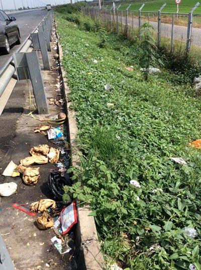 Một điểm xả rác, đi vệ sinh trên đường cao tốc TP HCM - Trung Lương